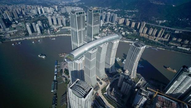 """Trung Quốc ra mắt toà nhà nằm ngang cao nhất thế giới, lập tức dính nghi án """"đạo nhái"""" một công trình nổi tiếng khác của Singapore? - Ảnh 1."""