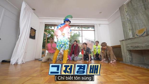 Jungkook (BTS) chứng minh lụa đẹp vì người khi xử lý ngon ơ bộ đồ... diêm dúa do anh cả Jin thiết kế - Ảnh 7.