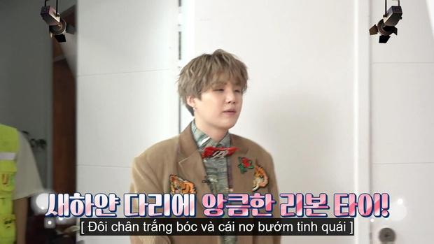 Jungkook (BTS) chứng minh lụa đẹp vì người khi xử lý ngon ơ bộ đồ... diêm dúa do anh cả Jin thiết kế - Ảnh 13.