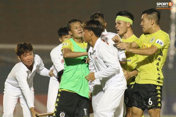 Cùng là hành động chỉ mặt, Quang Hải bị chỉ trích tơi bời ở V.League nhưng được tán dương rợp trời ở tuyển Việt Nam - Ảnh 2.
