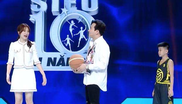Hari Won ném bóng rổ ngon ơ dù đi giày cao gót, thách Trấn Thành: Làm không được thì đừng làm trai nữa! - Ảnh 3.