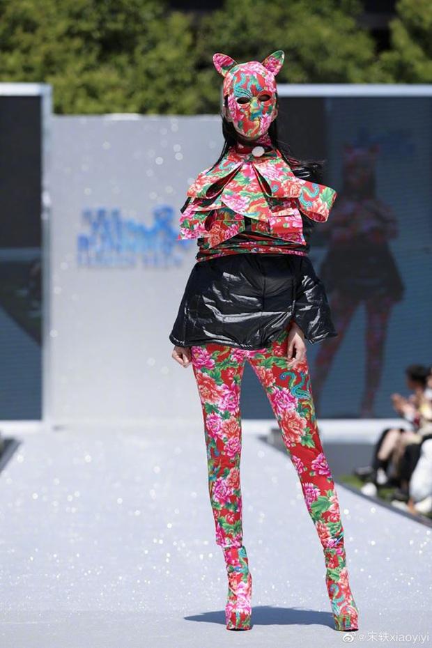 Running Man bản Trung tổ chức fashion show quái dị: Angela Baby khoe đường cong, Thái Từ Khôn mặc cái gì thế này? - Ảnh 13.