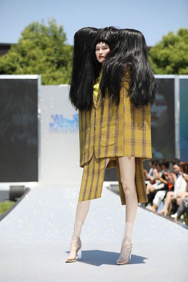 Running Man bản Trung tổ chức fashion show quái dị: Angela Baby khoe đường cong, Thái Từ Khôn mặc cái gì thế này? - Ảnh 4.