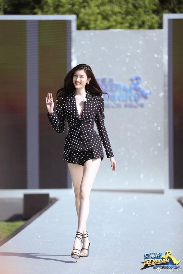 Running Man bản Trung tổ chức fashion show quái dị: Angela Baby khoe đường cong, Thái Từ Khôn mặc cái gì thế này? - Ảnh 3.