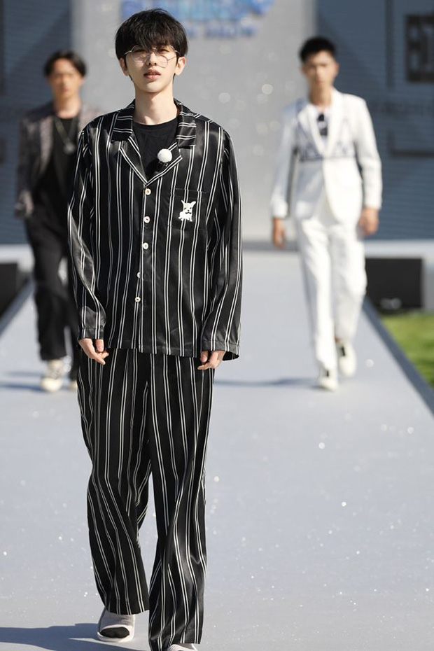 Running Man bản Trung tổ chức fashion show quái dị: Angela Baby khoe đường cong, Thái Từ Khôn mặc cái gì thế này? - Ảnh 5.