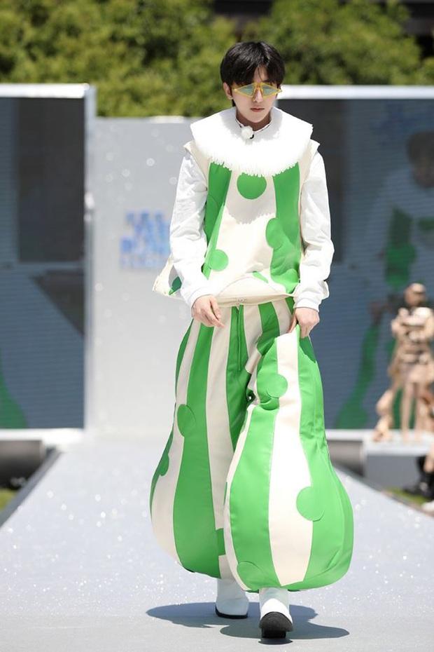 Running Man bản Trung tổ chức fashion show quái dị: Angela Baby khoe đường cong, Thái Từ Khôn mặc cái gì thế này? - Ảnh 6.