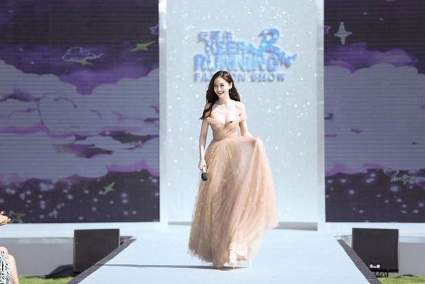 Running Man bản Trung tổ chức fashion show quái dị: Angela Baby khoe đường cong, Thái Từ Khôn mặc cái gì thế này? - Ảnh 1.