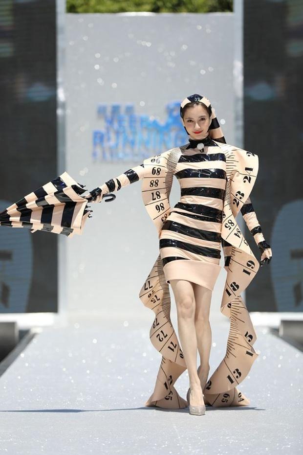 Running Man bản Trung tổ chức fashion show quái dị: Angela Baby khoe đường cong, Thái Từ Khôn mặc cái gì thế này? - Ảnh 2.