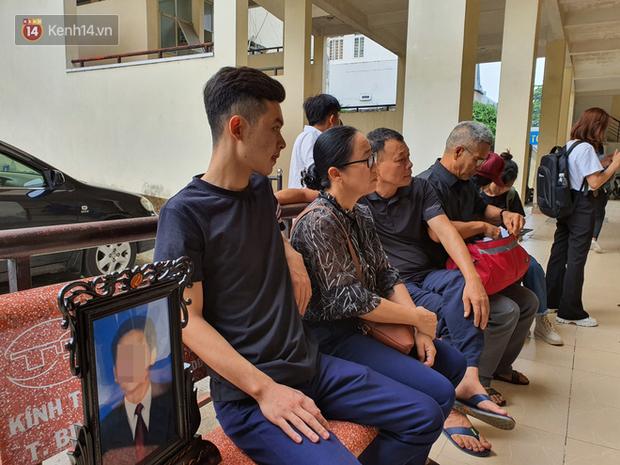 Con trai ôm di ảnh bố đến tòa xử vụ 2 thi thể trong thùng bê tông: Chúng tôi chờ sự ăn năn của các bị cáo - Ảnh 3.