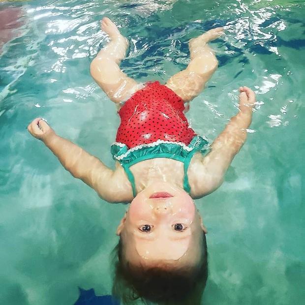 Hình ảnh em bé bị ném xuống nước để tập bơi dậy sóng trên MXH và lời lý giải gây tranh cãi từ phía người dạy - Ảnh 3.