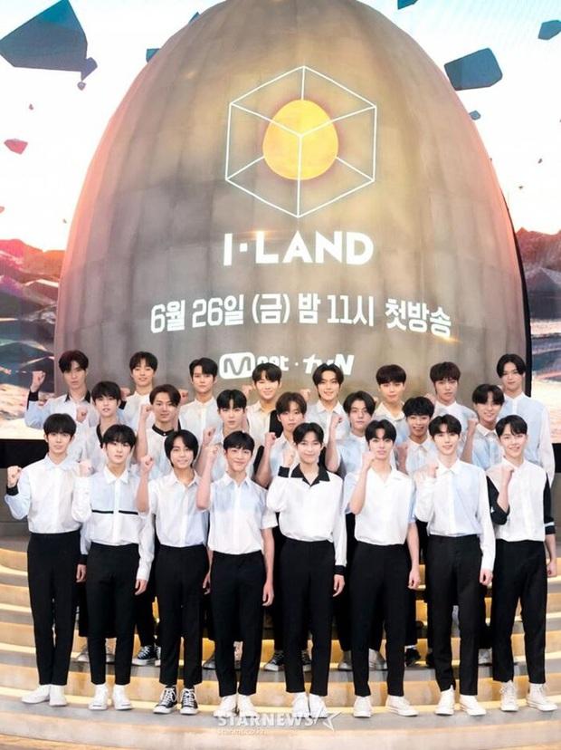 I-LAND tung ảnh họp báo: Visual dàn thực tập sinh lại lung linh, khác hẳn trong teaser từng gây tranh cãi - Ảnh 1.