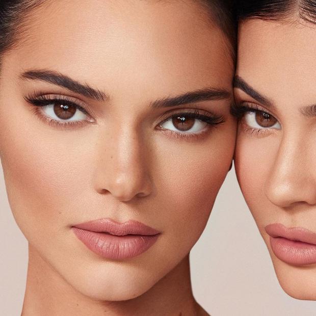 Bảng mắt Kendall x Kylie bị chê giả dối, Kylie cao tay đáp trả anti-fan bằng chính... mặt của Kendall - Ảnh 2.
