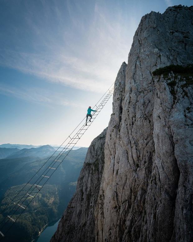 Bủn rủn cả tay chân với trải nghiệm leo thang chơi vơi giữa trời, bốn bề là vực thẳm: tim không vững thì đừng xem! - Ảnh 2.