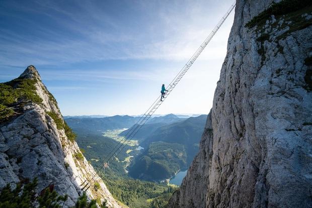 Bủn rủn cả tay chân với trải nghiệm leo thang chơi vơi giữa trời, bốn bề là vực thẳm: tim không vững thì đừng xem! - Ảnh 3.