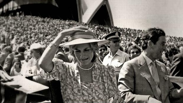 Sự thật ít ai biết về tấm hình Công nương Diana bật khóc nức nở giữa đám đông còn Thái tử Charles dửng dưng nhìn sang chỗ khác mỉm cười - Ảnh 1.
