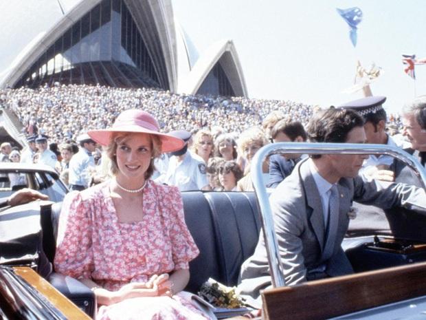 Sự thật ít ai biết về tấm hình Công nương Diana bật khóc nức nở giữa đám đông còn Thái tử Charles dửng dưng nhìn sang chỗ khác mỉm cười - Ảnh 2.