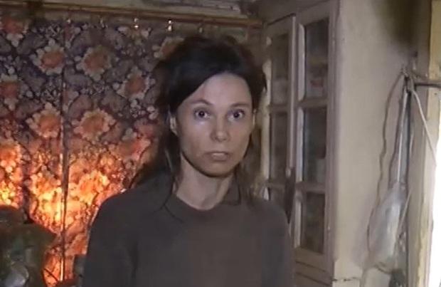 Con gái bị mẹ nhốt trong căn nhà bẩn thỉu 26 năm, nhân viên xã hội rùng mình khi gỡ cục tóc trên đầu người phụ nữ không tắm từ năm 2006 - Ảnh 1.
