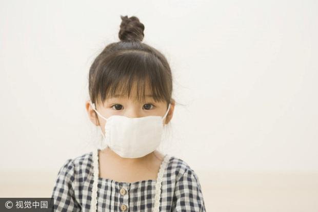 Cô bé 7 tuổi có mắt sưng húp, miệng bốc mùi nồng nặc, bác sĩ cũng không tìm ra nguyên nhân cho đến khi người mẹ nhớ ra vị trí con nằm ngủ ở nhà - Ảnh 1.