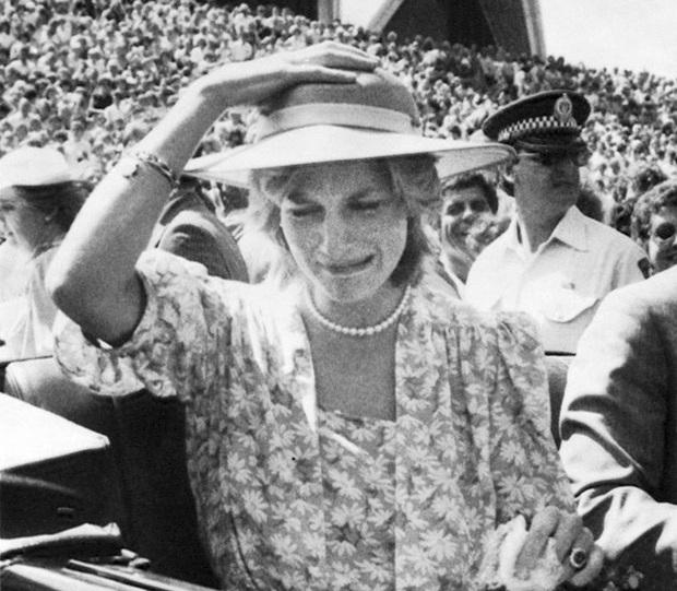 Sự thật ít ai biết về tấm hình Công nương Diana bật khóc nức nở giữa đám đông còn Thái tử Charles dửng dưng nhìn sang chỗ khác mỉm cười - Ảnh 3.