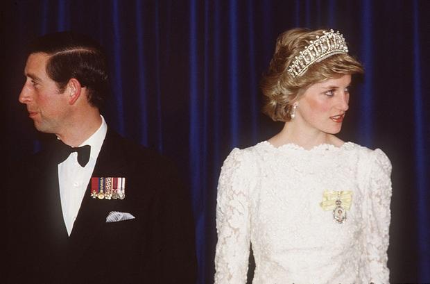 Sự thật ít ai biết về tấm hình Công nương Diana bật khóc nức nở giữa đám đông còn Thái tử Charles dửng dưng nhìn sang chỗ khác mỉm cười - Ảnh 4.