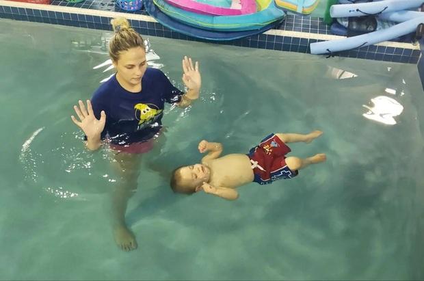 Hình ảnh em bé bị ném xuống nước để tập bơi dậy sóng trên MXH và lời lý giải gây tranh cãi từ phía người dạy - Ảnh 2.