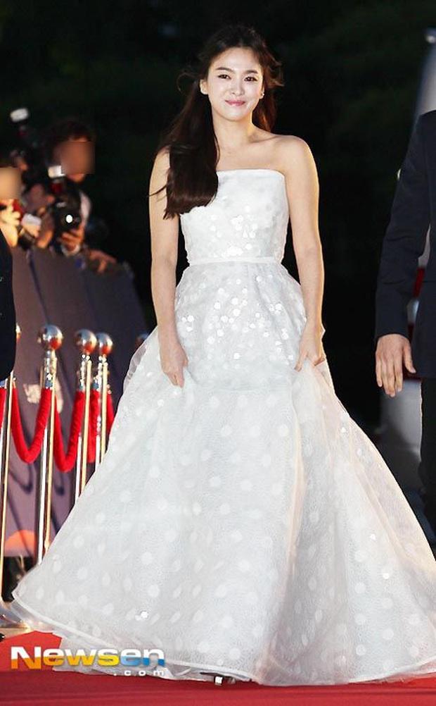 8 lần Song Hye Kyo gây nổ thảm đỏ, sự kiện: 2 dịp làm đám cưới sớm với Song Joong Ki, sau ly hôn lại lột xác ngỡ ngàng - Ảnh 4.