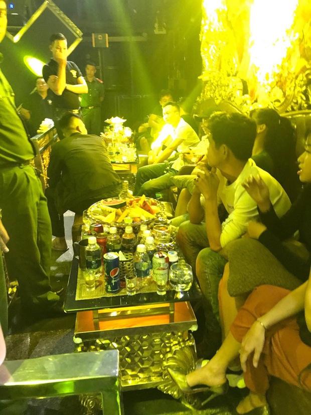 Đột kích nhà hàng ở trung tâm Sài Gòn, tạm giữ gần 50 nam nữ phê ma tuý đang thác loạn - Ảnh 1.