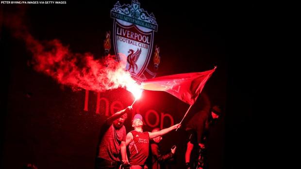 HLV Klopp rớt nước mắt, fan nô nức xuống đường lúc nửa đêm ăn mừng Liverpool vô địch Premier League bằng kỳ tích chưa từng có trong lịch sử bóng đá Anh - Ảnh 6.