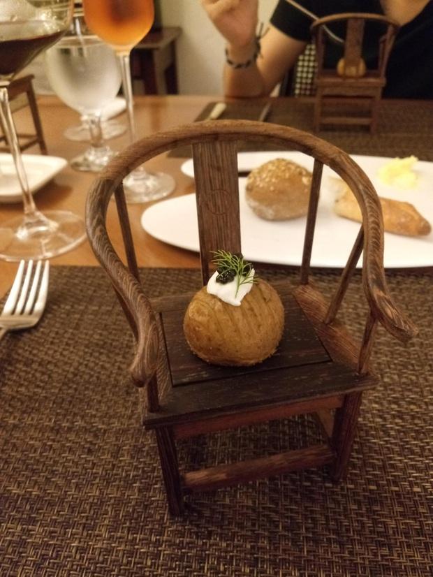 """""""Cạn lời"""" với những cách trình bày món ăn siêu dị của các nhà hàng nước ngoài: Spaghetti đổ ra mặt bàn, có nơi dùng cả giày để đựng thức ăn - Ảnh 10."""
