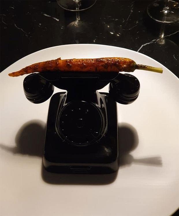 """""""Cạn lời"""" với những cách trình bày món ăn siêu dị của các nhà hàng nước ngoài: Spaghetti đổ ra mặt bàn, có nơi dùng cả giày để đựng thức ăn - Ảnh 11."""