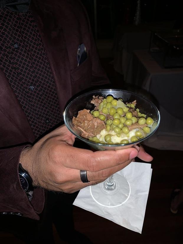 """""""Cạn lời"""" với những cách trình bày món ăn siêu dị của các nhà hàng nước ngoài: Spaghetti đổ ra mặt bàn, có nơi dùng cả giày để đựng thức ăn - Ảnh 14."""