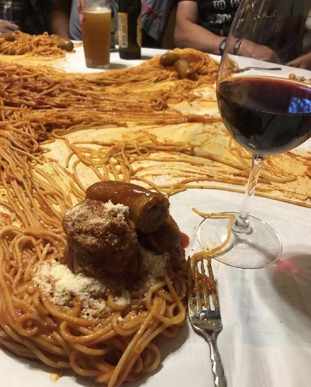 """""""Cạn lời"""" với những cách trình bày món ăn siêu dị của các nhà hàng nước ngoài: Spaghetti đổ ra mặt bàn, có nơi dùng cả giày để đựng thức ăn - Ảnh 16."""