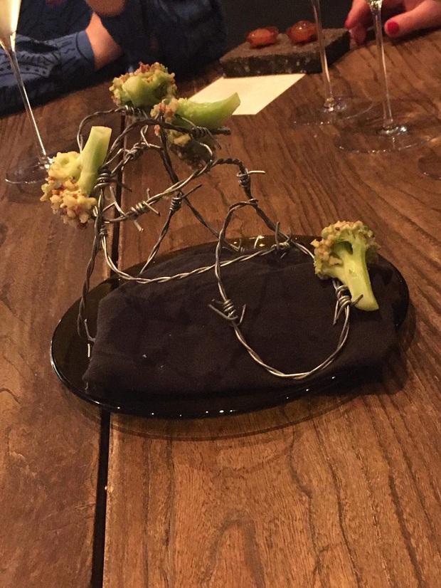 """""""Cạn lời"""" với những cách trình bày món ăn siêu dị của các nhà hàng nước ngoài: Spaghetti đổ ra mặt bàn, có nơi dùng cả giày để đựng thức ăn - Ảnh 2."""
