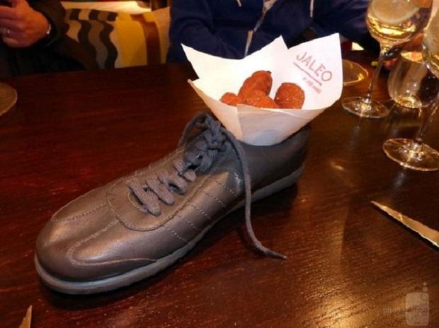 """""""Cạn lời"""" với những cách trình bày món ăn siêu dị của các nhà hàng nước ngoài: Spaghetti đổ ra mặt bàn, có nơi dùng cả giày để đựng thức ăn - Ảnh 20."""