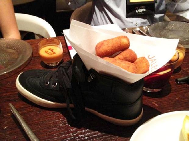 """""""Cạn lời"""" với những cách trình bày món ăn siêu dị của các nhà hàng nước ngoài: Spaghetti đổ ra mặt bàn, có nơi dùng cả giày để đựng thức ăn - Ảnh 21."""