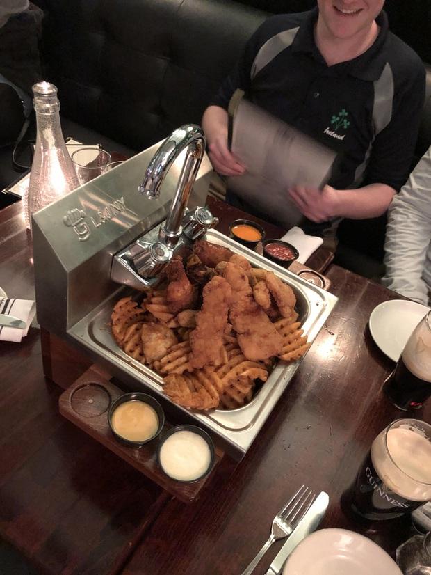 """""""Cạn lời"""" với những cách trình bày món ăn siêu dị của các nhà hàng nước ngoài: Spaghetti đổ ra mặt bàn, có nơi dùng cả giày để đựng thức ăn - Ảnh 7."""