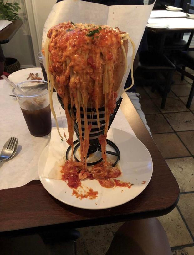 """""""Cạn lời"""" với những cách trình bày món ăn siêu dị của các nhà hàng nước ngoài: Spaghetti đổ ra mặt bàn, có nơi dùng cả giày để đựng thức ăn - Ảnh 8."""