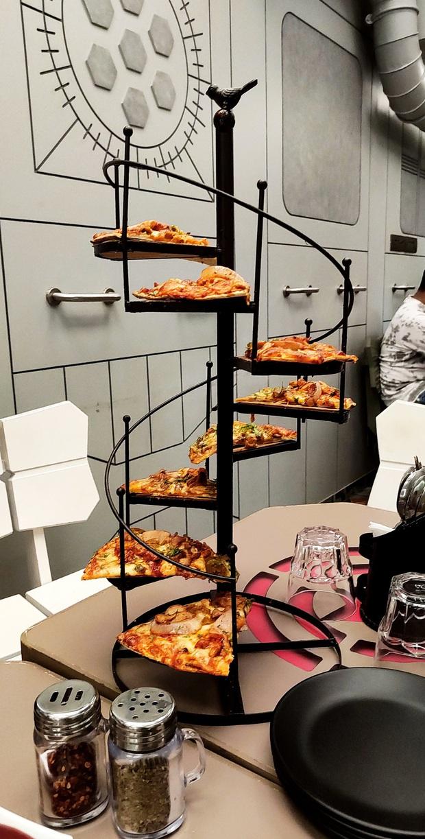 """""""Cạn lời"""" với những cách trình bày món ăn siêu dị của các nhà hàng nước ngoài: Spaghetti đổ ra mặt bàn, có nơi dùng cả giày để đựng thức ăn - Ảnh 9."""