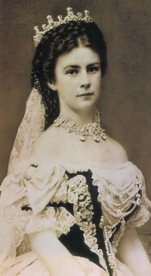 Số phận của vị hoàng hậu đẹp nhất châu Âu: Bị mang danh cướp chồng của chị gái, bước vào lồng son là một chuỗi những bi kịch đau đớn - Ảnh 1.