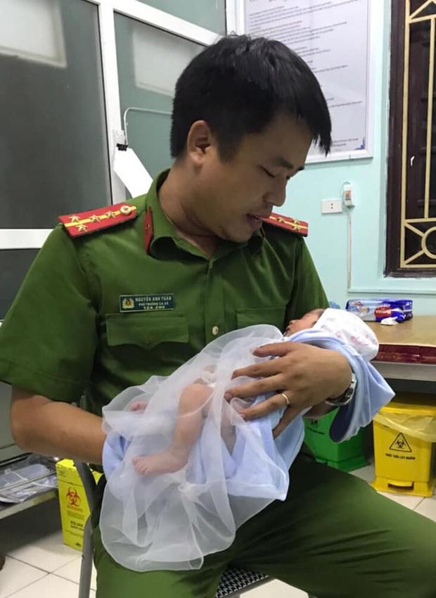 Hà Nội: Bé trai sơ sinh bị mẹ bỏ rơi ngoài cánh đồng trong đêm tối được công an chăm sóc - Ảnh 1.