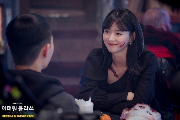 Bị phũ đẹp ở Tầng Lớp Itaewon, Kwon Nara bất ngờ hóa gái ngành, sánh đôi bên nam thần ở phim mới - Ảnh 4.