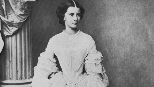 Số phận của vị hoàng hậu đẹp nhất châu Âu: Bị mang danh cướp chồng của chị gái, bước vào lồng son là một chuỗi những bi kịch đau đớn - Ảnh 3.