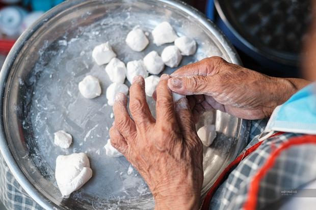 Hàng xôi chè nửa thế kỷ giữa phố Hàng Bạc: Không tên, không biển nhưng người sành ăn thì cứ mải mê tìm đến mãi - Ảnh 7.