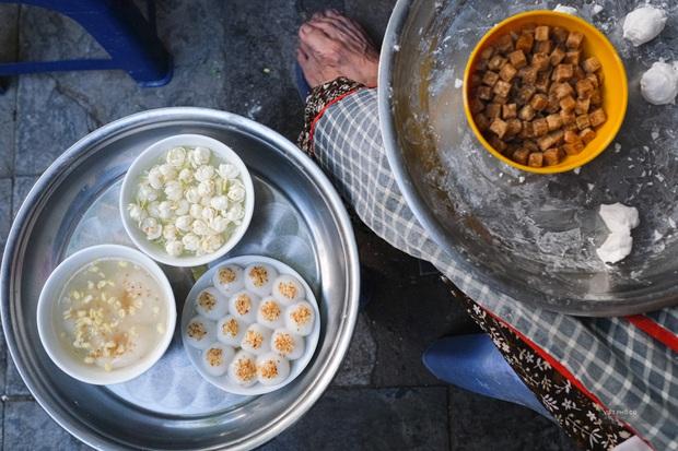 Hàng xôi chè nửa thế kỷ giữa phố Hàng Bạc: Không tên, không biển nhưng người sành ăn thì cứ mải mê tìm đến mãi - Ảnh 8.