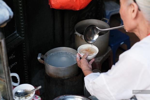 Hàng xôi chè nửa thế kỷ giữa phố Hàng Bạc: Không tên, không biển nhưng người sành ăn thì cứ mải mê tìm đến mãi - Ảnh 10.