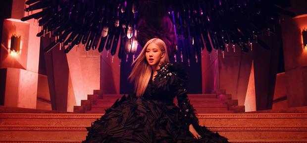 Giải mã How You Like That: 7 hình xăm bí ẩn trên người Jisoo, hành trình BLACKPINK thống trị thế giới và trở thành những Nữ thần Chiến thắng - Ảnh 3.