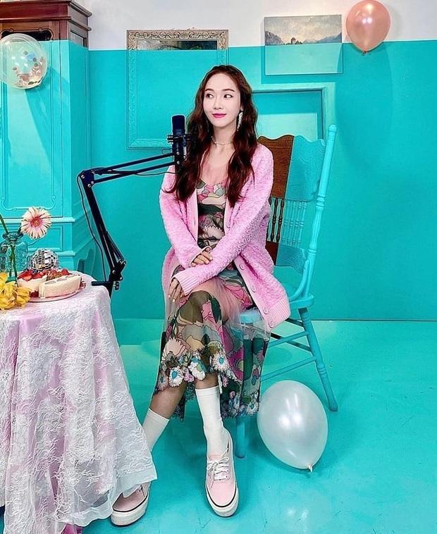 Đụng hàng các chị đẹp, sao nhí lột xác mỹ nhân Kim Yoo Jung kém sang hơn hẳn chỉ vì đôi sandal sai trái - Ảnh 2.