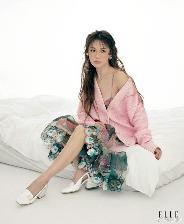 Đụng hàng các chị đẹp, sao nhí lột xác mỹ nhân Kim Yoo Jung kém sang hơn hẳn chỉ vì đôi sandal sai trái - Ảnh 1.