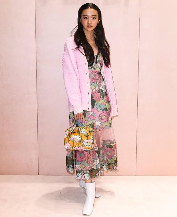 Đụng hàng các chị đẹp, sao nhí lột xác mỹ nhân Kim Yoo Jung kém sang hơn hẳn chỉ vì đôi sandal sai trái - Ảnh 5.