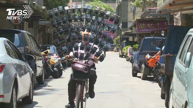 Cụ ông chạy chiếc xe đạp gắn đầy smartphone gây náo loạn cả khu phố, biết được lý do vì sao mới thật sự ngã ngửa - Ảnh 2.